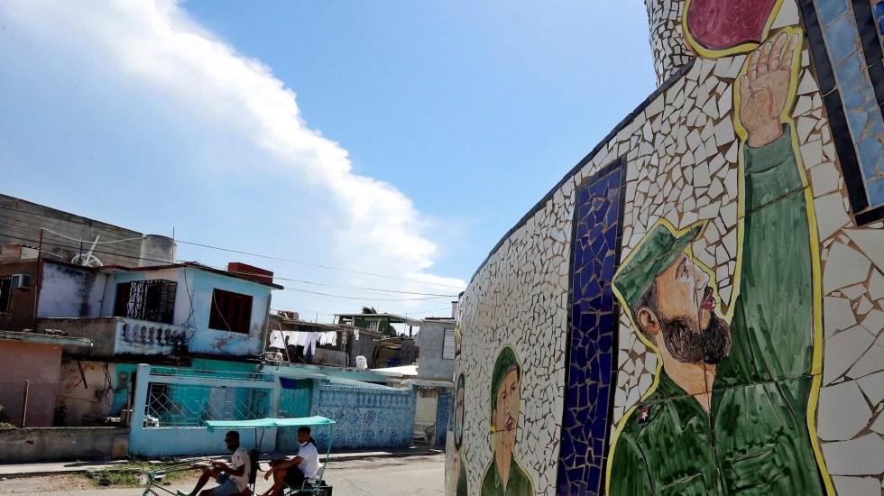 Cuba conmemora el 95 cumpleaños del fallecido expresidente Fidel Castro - Un bicitaxi pasa frente a un mural con un dibujo alusivo al líder de la revolución cubana Fidel Castro, hoy, en La Habana, Cuba. Cuba conmemora el 95 cumpleaños del expresidente Fidel Castro, fallecido en 2016 tras gobernar el país por casi medio siglo y convertirse en una de las figuras políticas más controvertidas de la historia contemporánea. Foto de EFE/ Ernesto Mastrascusa.
