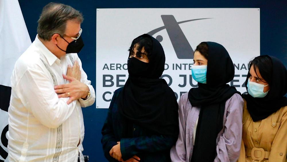 """Operación para refugiar afganas en México da para """"un libro"""": Ebrard - Ebrard México afganas SRE"""