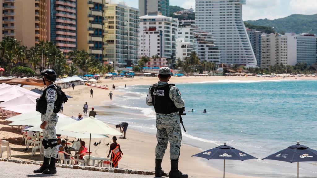 Guerrero regresa a Semáforo Rojo con 25 acciones para frenar contagios - Elementos de la Guardia Nacional vigilan playas de Acapulco, Guerrero