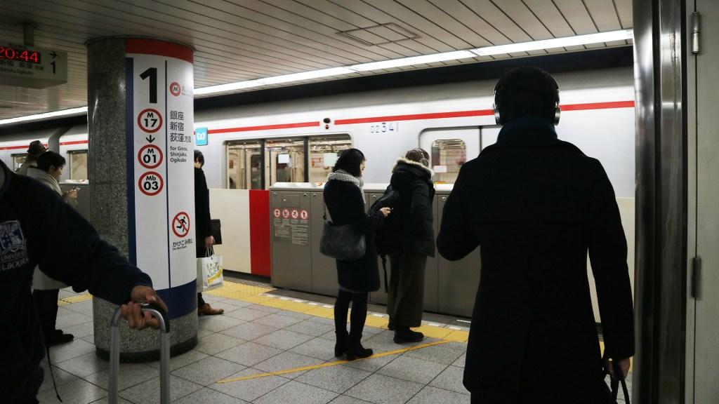 Hombre hiere con cuchillo a pasajeros del tren de Tokio - Estación de tren en Tokio