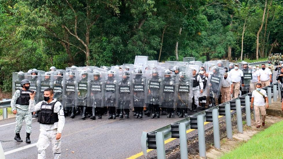Autoridades desintegran parcialmente en Chiapas primera caravana migrante - Guardia Nacional bloquea paso de caravana migrante en Chiapas