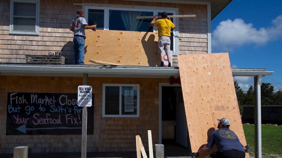 Huracán Henri acelera la velocidad en su avance hacia el noreste de EE.UU. - Personas cubren las ventanas como preparación para la llegada del Huracán Henri en Westerly, Rhode Island. Foto de EFE/ EPA/ CJ Gunther.