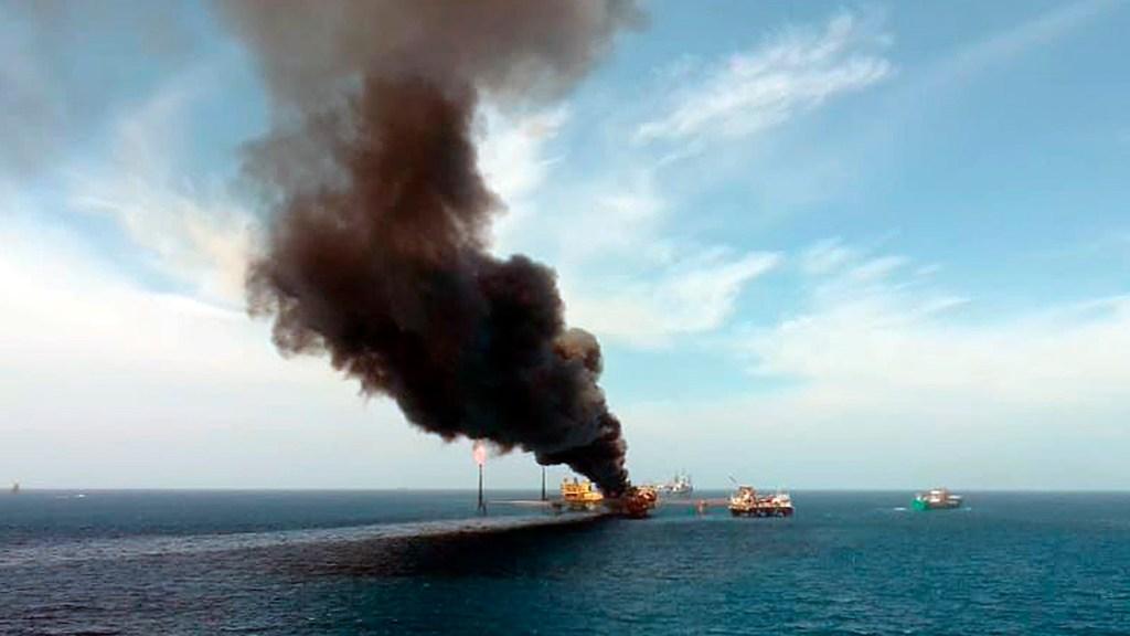 Pemex restablece producción de 35 pozos tras explosión en plataforma de Campeche - Incendio en plataforma petrolera de Pemex en Campeche