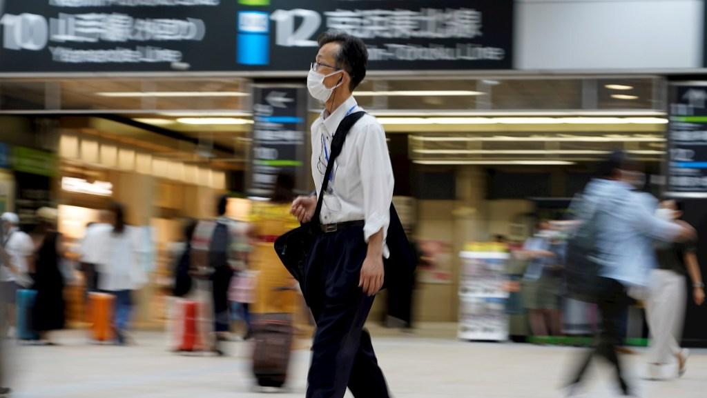 Japón supera los 20 mil nuevos contagios por primera vez en la pandemia - Hombre con cubrebocas en las calles de Tokio, Japón. Foto de EFE/ EPA/ FRANCK ROBICHON.