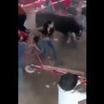 Toro embiste a asistentes a jaripeo en Michoacán; hay 10 lesionados