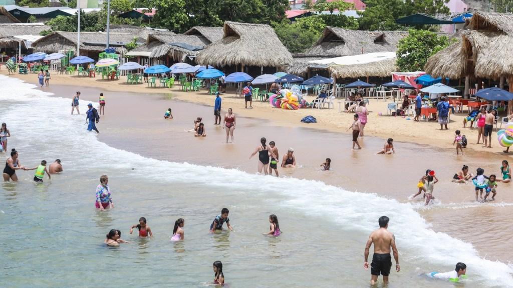 Turismo internacional en México subió 105.7 % interanual en agosto - Turistas disfrutan de una playa en Acapulco, estado de Guerrero. Foto de EFE/ David Guzmán/ Archivo.