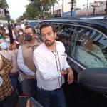 """Maestros de Chiapas impiden entrada de López Obrador a conferencia """"mañanera"""""""