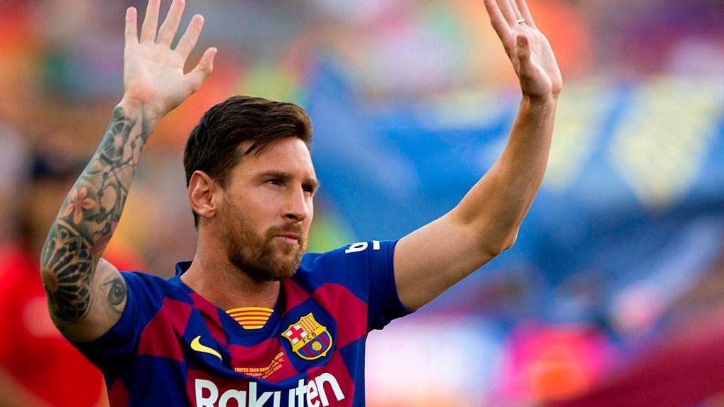 Es oficial. Messi no continuará en el Barcelona - El capitán y delantero argentino del FC Barcelona, Leo Messi, saluda a la afición momentos antes del partido de Trofeo Joan Gamper de 2019 ante al Arsenal en el Camp Nou, en Barcelona. Foto de EFE/ Enric Fontcuberta/ Archivo.