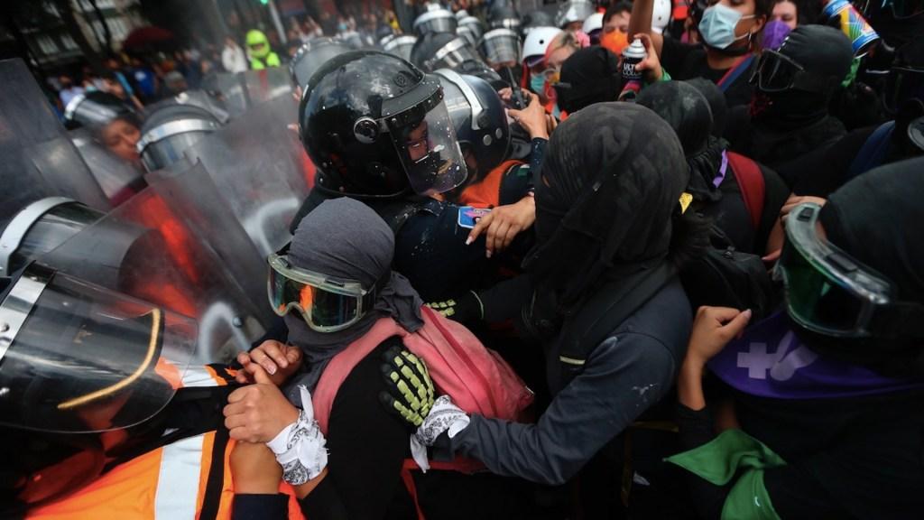 Feministas protestan en el Ángel a dos años de manifestación - Feministas protestan en el Ángel de la Independencia a dos años de gran manifestación. Foto de EFE