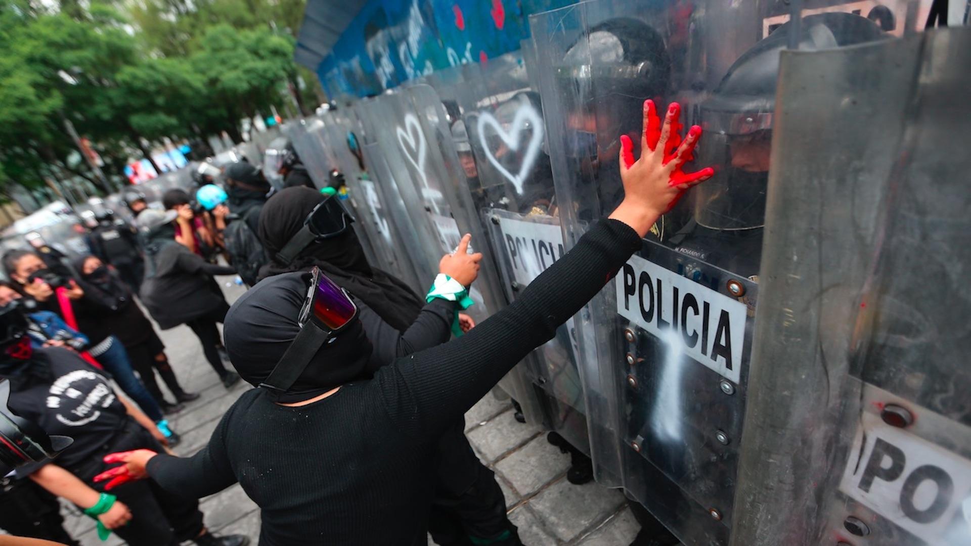 Feministas protestan en el Ángel de la Independencia a dos años de gran manifestación. Foto de EFE