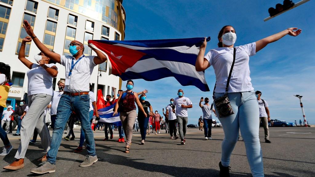 Senado de EE.UU. aprueba enmienda que pide acceso libre a internet en Cuba - Marcha en La Habana en apoyo a la revolución cubana