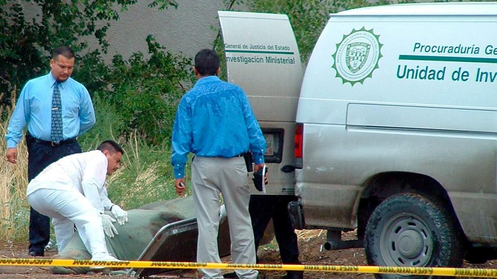 Suman 95 mil 730 homicidios dolosos en lo que va del sexenio - Peritos y médicos forenses de Tamaulipas trasladan el cuerpo de un hombre asesinado