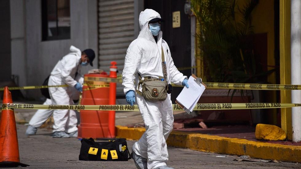 Agosto, tercer mes más violento de 2021 - Peritos forenses en escena del crimen en Veracruz. Foto de EFE / Archivo