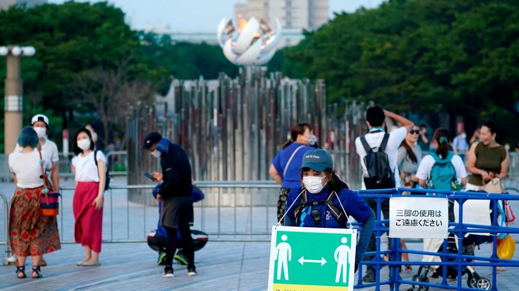 Por saturación, hospitales en Tokio solo admitirán a pacientes graves de COVID-19 - Personal de los Juegos Olímpicos promueve la sana distancia en Tokio para prevenir contagios de COVID-19
