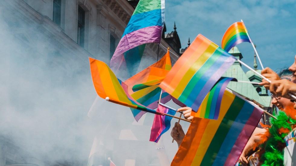 Universidad Veracruzana separa a profesor que calificó de 'marranadas' el matrimonio igualitaria - Personas con banderas gay