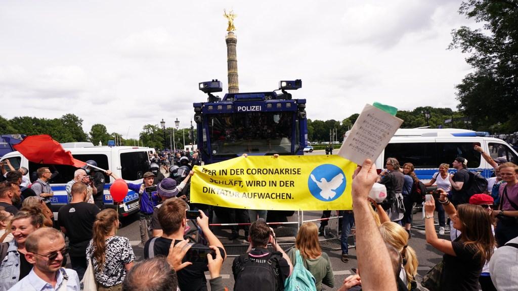 Protestan contra restricciones contra el COVID-19 en Berlín, Alemania - Protestan antivacunas en Berlín, Alemania. Foto de EFE