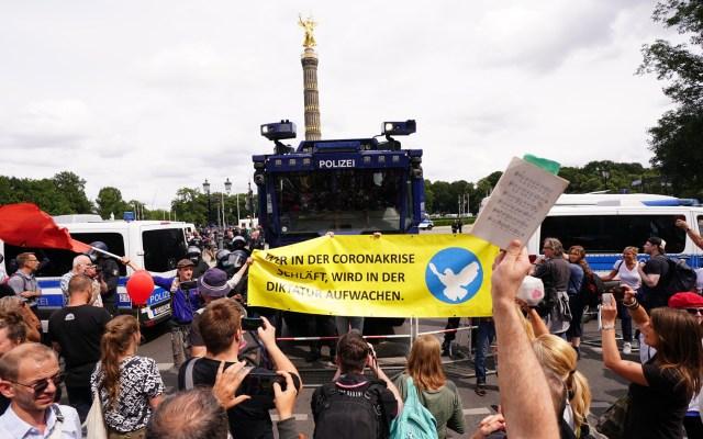 500 detenidos en Berlín en protestas no autorizadas contra medidas anticovid - Protestan antivacunas en Berlín, Alemania. Foto de EFE