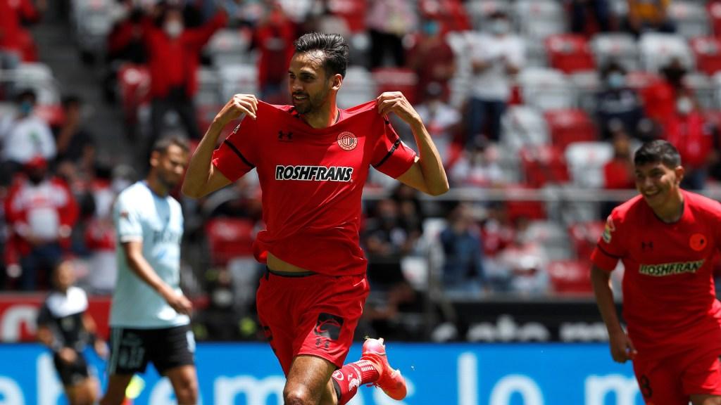 Toluca vence a Tigres con goles del argentino Canelo y el paraguayo Samudio - Raúl López de Toluca festeja su gol contra Tigres