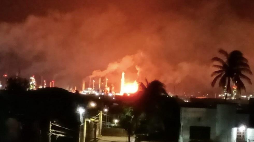 Incendio consume parte de la refinería Antonio Dovalí en Oaxaca - Incendio consume parte de la refinería Antonio Dovalí en Oaxaca. Foto de Protección Civil Oaxaca