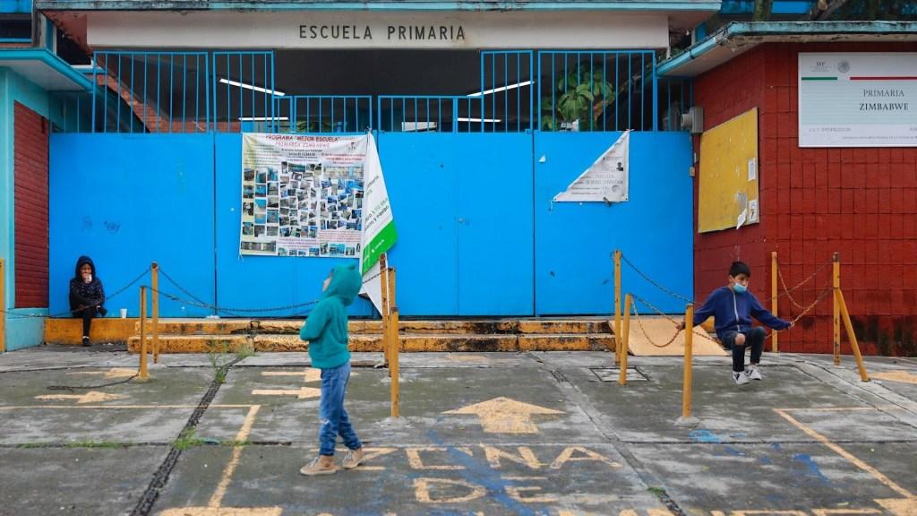 """Regreso a clases presenciales es """"inminente"""": Delfina Gómez - Niños juegan frente a un colegio cerrado en la Ciudad de México. Foto de EFE/ Carlos Ramírez."""