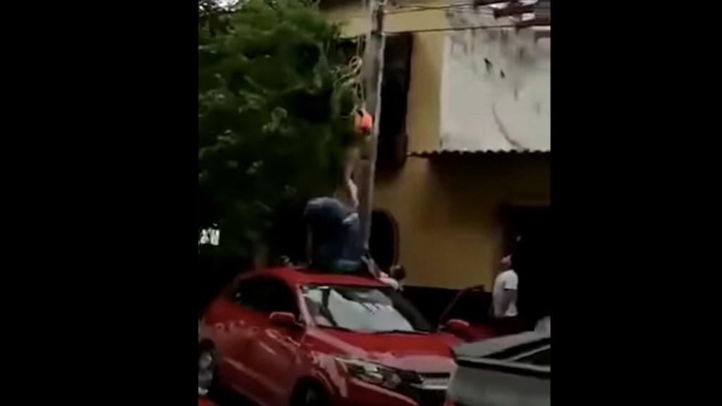 #Video Mujer queda colgada de un poste tras romperse su paracaídas en Puerto Vallarta - #Video Mujer queda colgando en un poste tras romperse paracaídas en Puerto Vallarta. Foto tomada de video