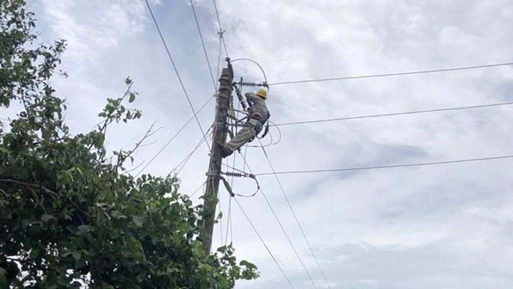 CFE restablece energía a 93 por ciento de usuarios afectados por el huracán Nora - Trabajador de CFE en reparación de poste de luz