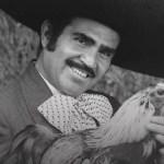 Practican traqueostomía a Vicente Fernández, permanece despierto y sin sedación