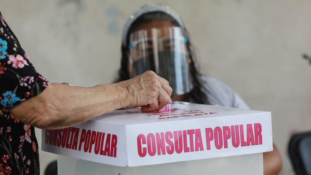 Consulta sobre expresidentes tuvo una participación de 7.11%, confirma INE - Voto durante consulta popular