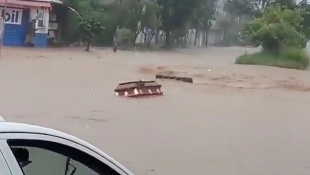 #Video Ataúdes flotan en Xalapa, Veracruz, tras el paso de Grace - Xalapa Grace ataúdes Veracruz