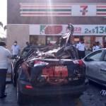 #Video Auto vuela encima de vehículos estacionados en Nuevo León