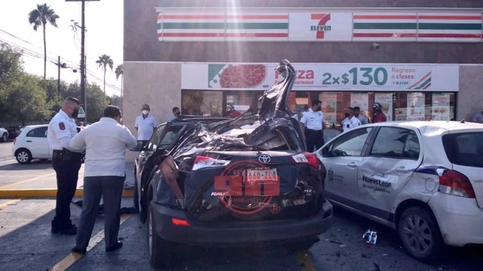 #Video Auto vuela encima de vehículos estacionados en Nuevo León - #Video Auto vuela encima de vehículos estacionados en Nuevo León. Foto de @911SanPedro