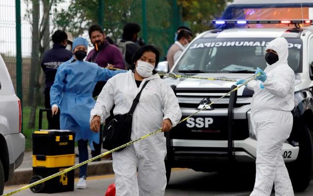 Un total de 81 periodistas mexicanos fueron agredidos en las elecciones intermedias - Imagen de archivo del 6 de junio de 2021 donde se observan peritos forenses resguardando la zona donde una camioneta fue atacada por sujetos armados no identificados, durante las votaciones que se llevaron a cabo en la ciudad de Ocoyucan, estado de Puebla. Foto de EFE
