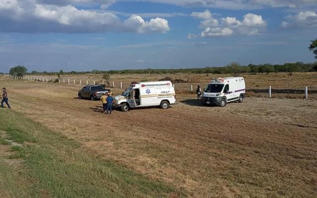 Migrantes resultan heridos de bala en Nuevo León durante persecución de pollero - Ambulancias en sitio de captura de pollero por heridas a tres migrantes