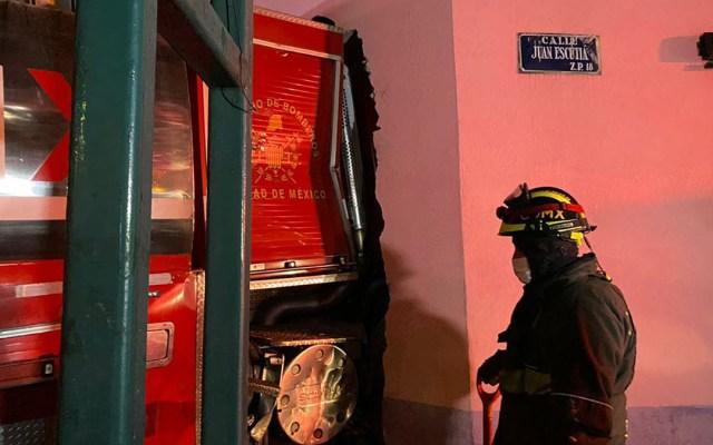 Camión de bomberos rompe pared de casa en CDMX tras choque; hay seis heridos - Camión de bomberos derriba pared de casa en la colonia San Miguel Chapultepec