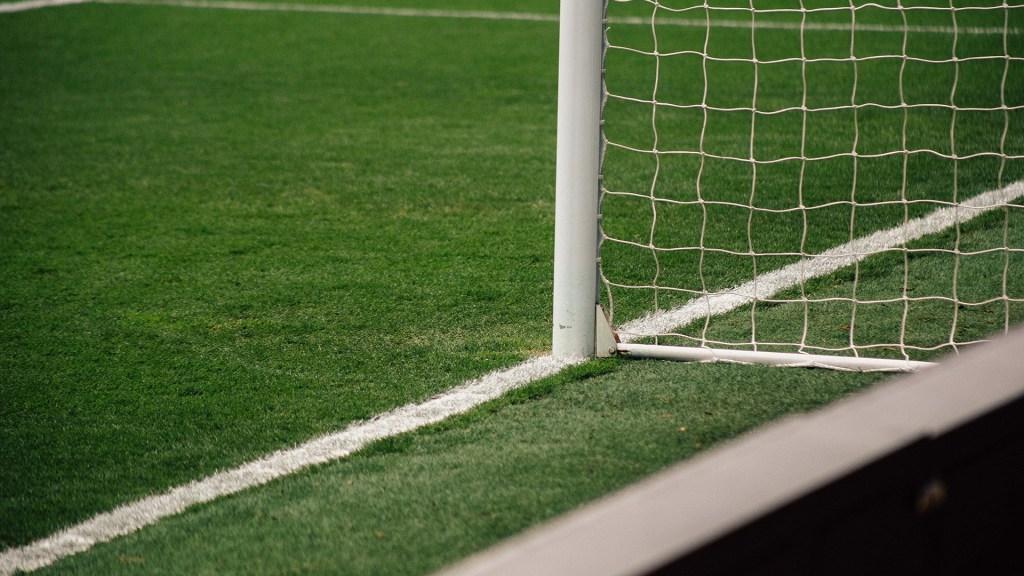 FMF y clubes asumirán multa de Cofece por 'pacto de caballeros' y tope salarial - Cancha de futbol