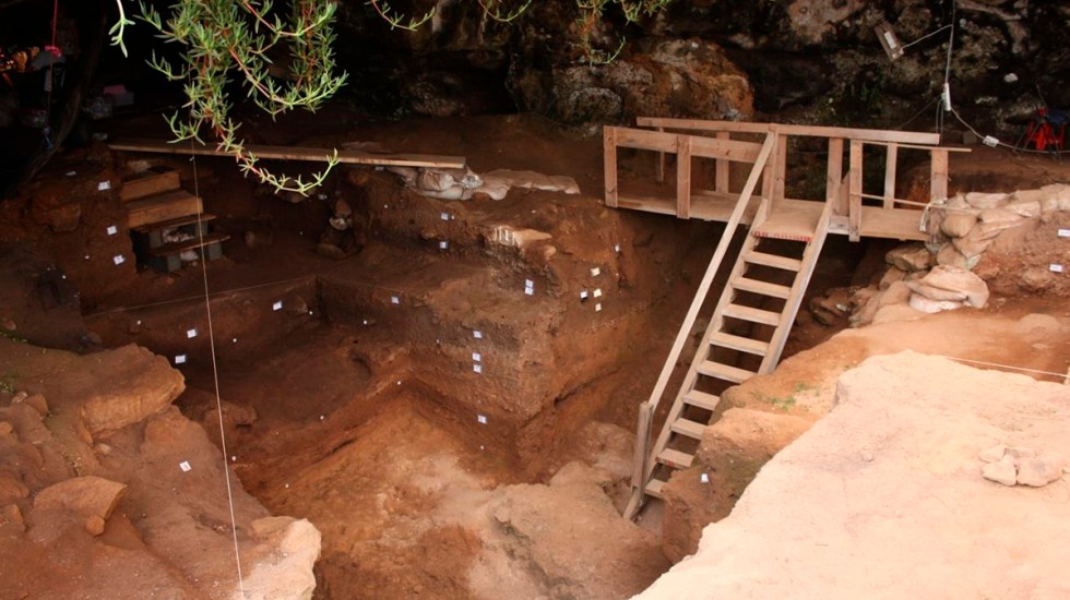 Descubren herramientas de hueso de hace 120 mil años para fabricar ropa - Entrada a la cueva de Contrebandiers, en Marruecos. Foto de EFE/Contrebandiers Project, 2009