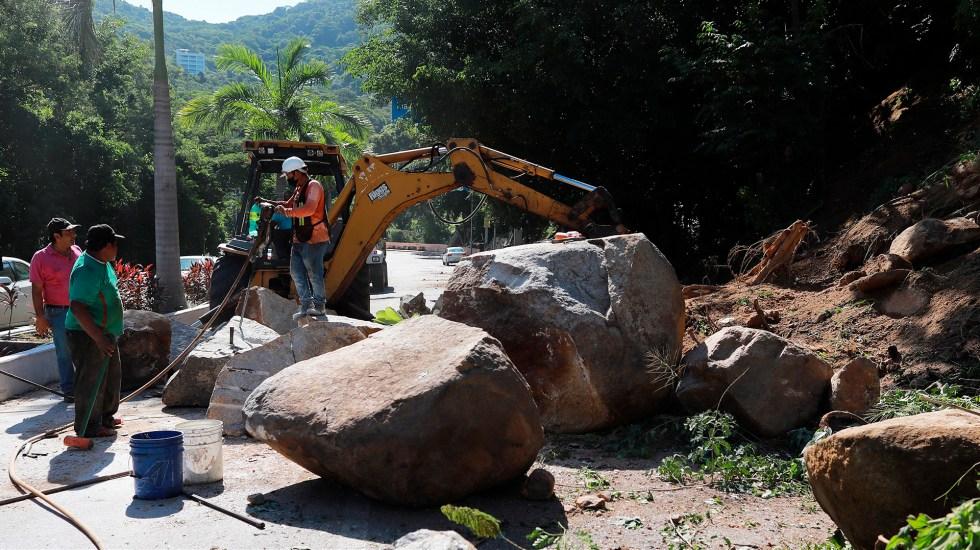 """Pese a magnitud 7.1, el sismo """"nos salió barato"""" en Guerrero: Astudillo - Derrumbe en carretera de Acapulco, Guerrero, a consecuencia de sismo"""