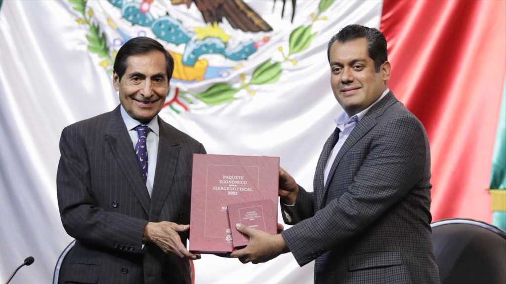 Gobierno de México presenta presupuesto 2022 basado en PIB de 4.1 % - Rogelio Ramírez de a O, secretario de Hacienda, entregando el Paquete Económico 2022 presupuesto Foto de @Sergeluna_S