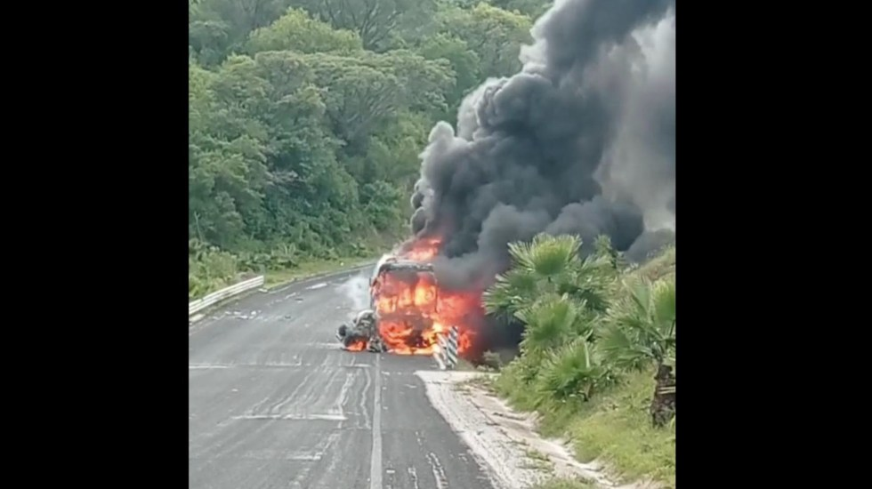 Estudiantes de Ayotzinapa chocan contra vehículo en Guerrero; 2 muertos - chocan autobús robado por estudiantes de ayotzinapa y un Volkswagen en guerrero