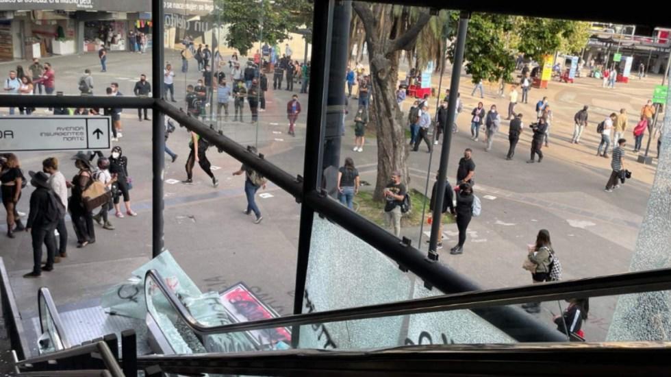 Colectivos marchan sobre Insurgentes; encapuchados provocan destrozos - Insurgentes Protesta Ciudad de México