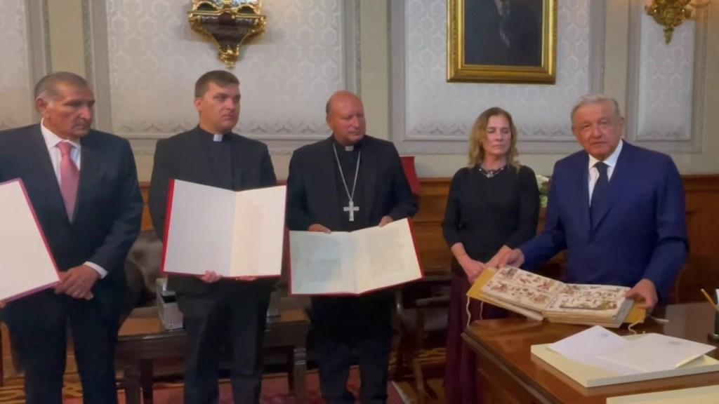 López Obrador recibe códice enviado por papa Francisco para exposición - López Obrador recibe códice enviado por papa Francisco para exposición. Foto tomada de video