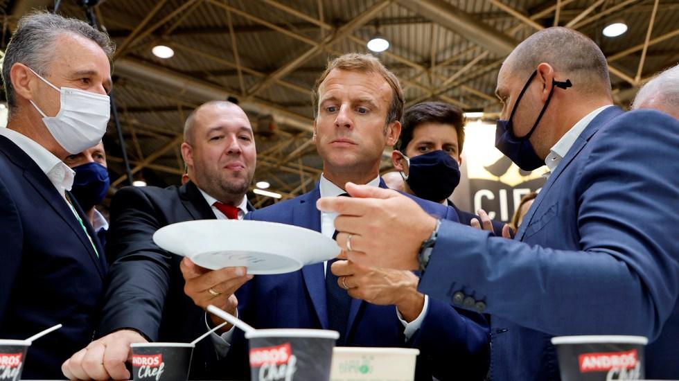 #Video Lanzan huevo al presidente Macron durante evento público - Macron en Salón Internacional de la Restauración y el Turismo de Lyon
