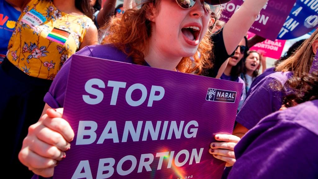 Médicos denuncian en EE.UU. que leyes contra el aborto ponen en peligro a mujeres - Activistas se manifiestan a favor del aborto en EE.UU. Foto de EFE/Archivo