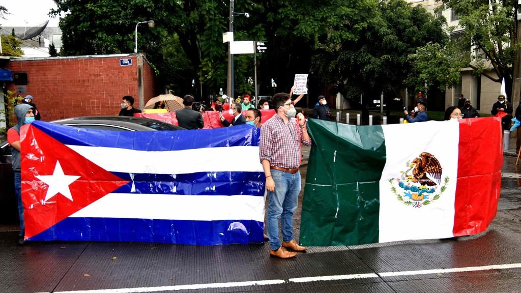 #Video Chocan opositores con partidarios de Díaz-Canel en CDMX - Manifestación afuera de la Embajada de Cuba en México