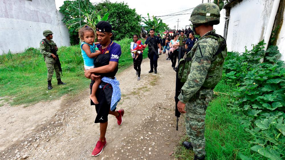 """AMLO acusa """"campaña de desinformación"""" contra su Gobierno por trato a migrantes - México migrantes Ejército Tabasco"""
