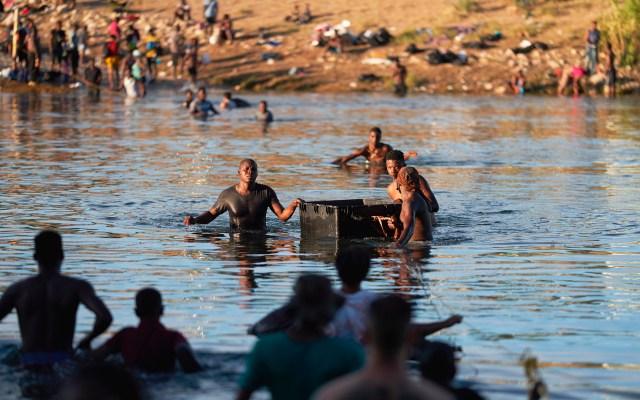 Patrulla Fronteriza suspende uso de caballos tras presunta violencia contra migrantes haitianos - Migrantes cruzan el río Bravo para llegar a Estados Unidos