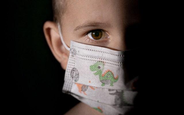 Francia quita uso de cubrebocas obligatorio para estudiantes de primaria - Niño con cubrebocas