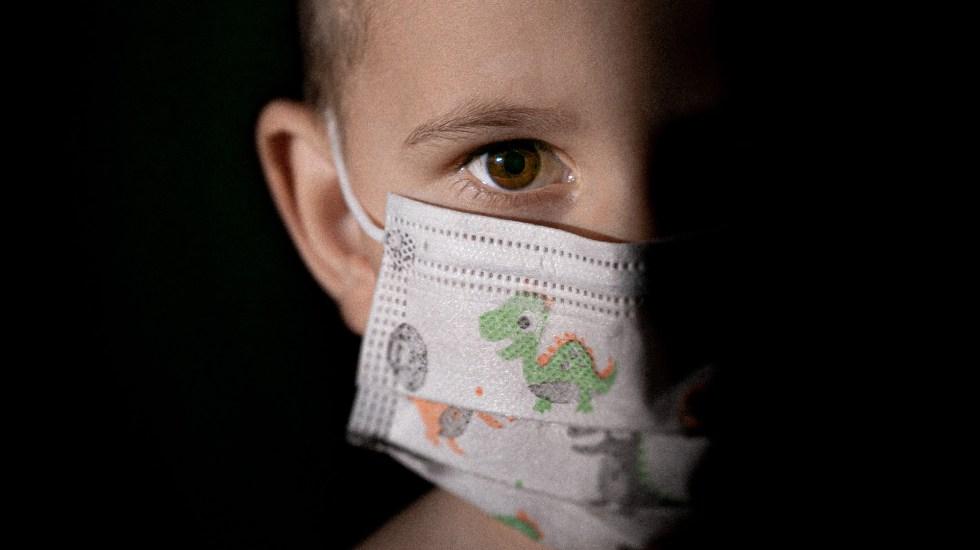 Suben casos de COVID-19 infantil en EE.UU.; sumaron 252 mil en una semana - Niño con cubrebocas