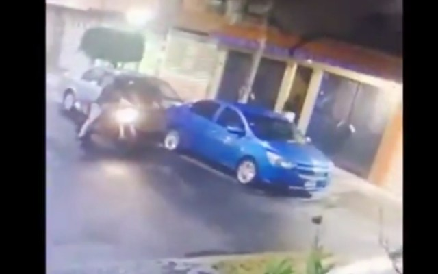 #Video Pareja corre a su casa para evitar ser asaltada en Iztapalapa - #Video Pareja corre a su casa para evitar ser asaltada en Iztapalapa. Foto tomada de video
