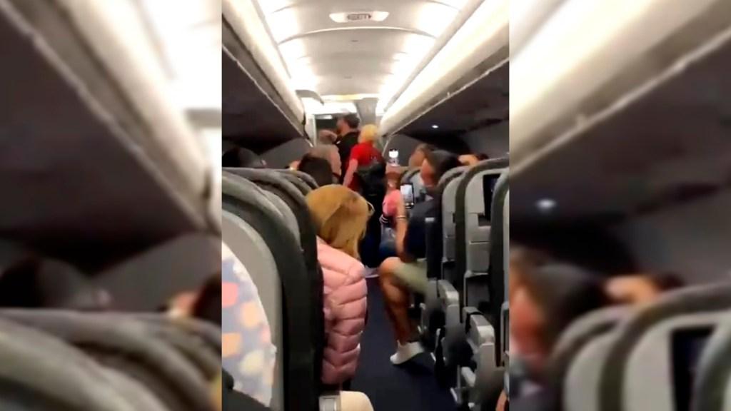 #Video Pasajeros de avión cantan en coro tras remoción de dos hombres sin cubrebocas - Pasajeros que fueron bajados de avión por no usar cubrebocas